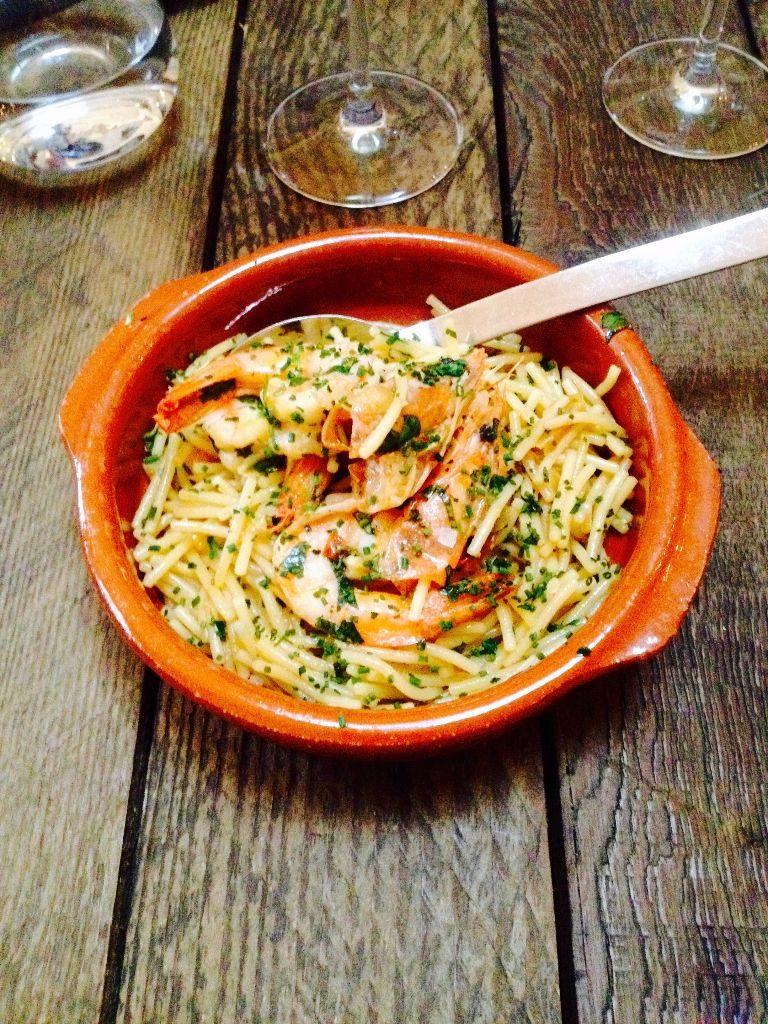 Fideua with garlic and prawns